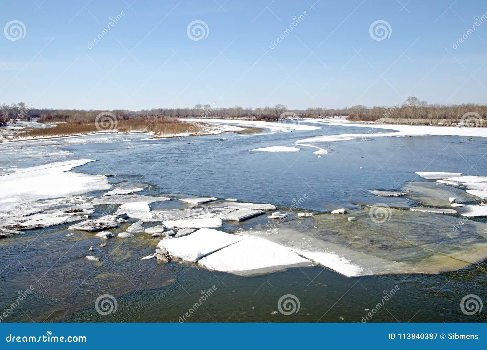 Rzeka budzi się up po zimy zamraża topi wodną powierzchnię i otwiera
