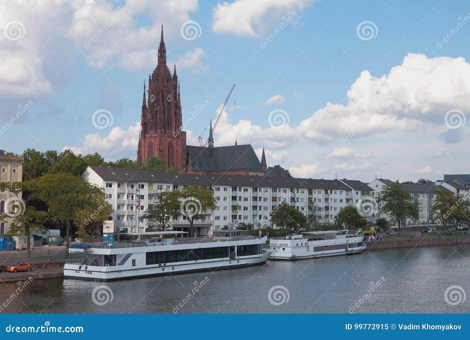 Rzeka, bulwar, chodzący motorowych statki i katedrę frankfurt magistrala Germany