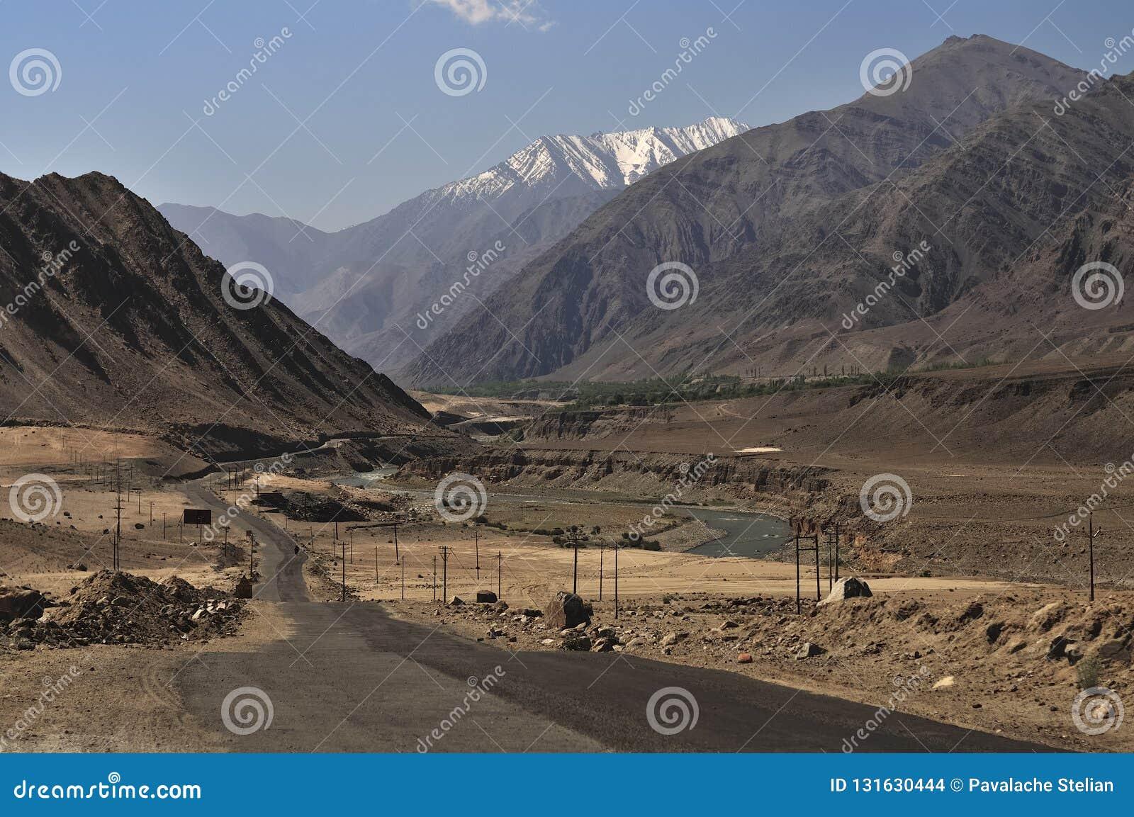 Rzeka Indus spływanie przez gór w Ladakh, India