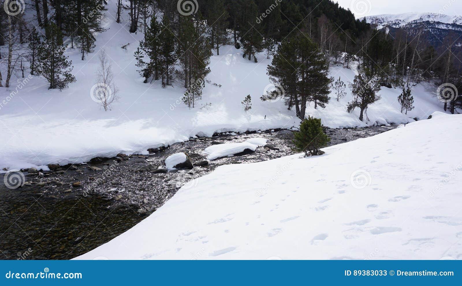 Rzeka wewnątrz z śniegiem