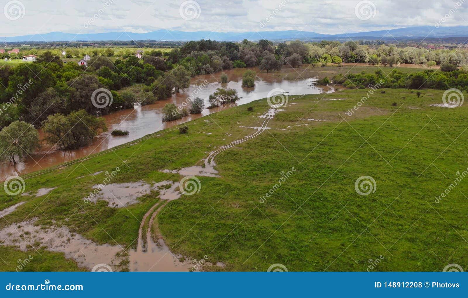 Rzeka z spławową natury i środowiska rzeką przelewającą się