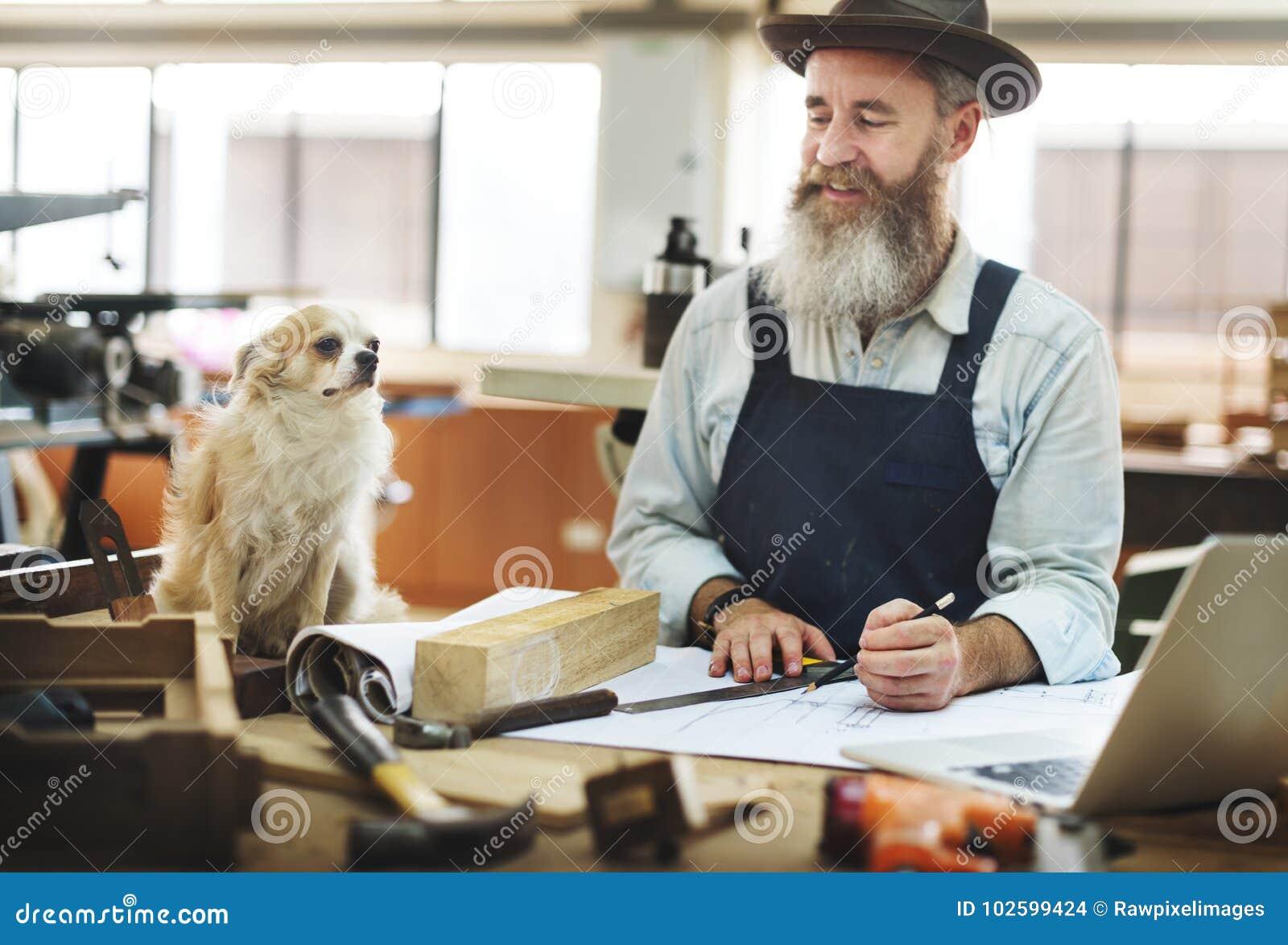 Rzemieślnik pracuje w drewnianym sklepie