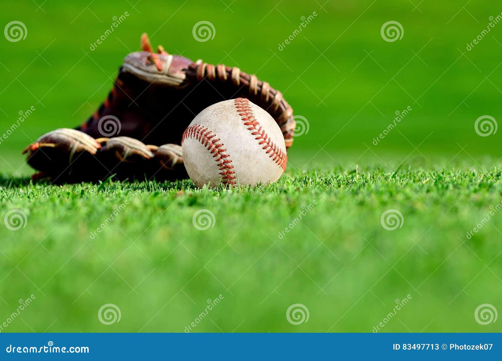 Rzemienna baseball rękawiczka, piłka i