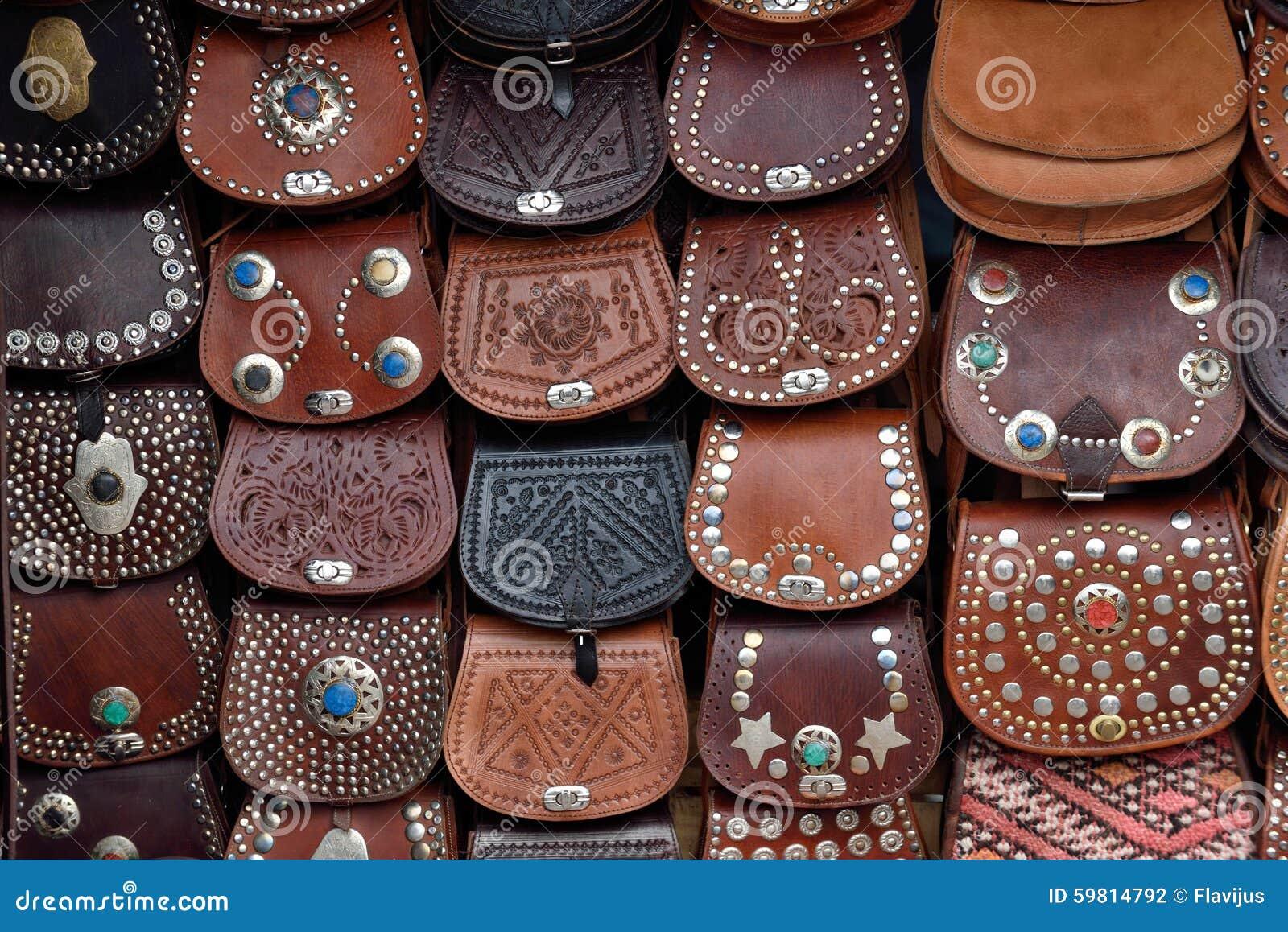 Rzemienne torby sprzedawać na ulicznym rynku