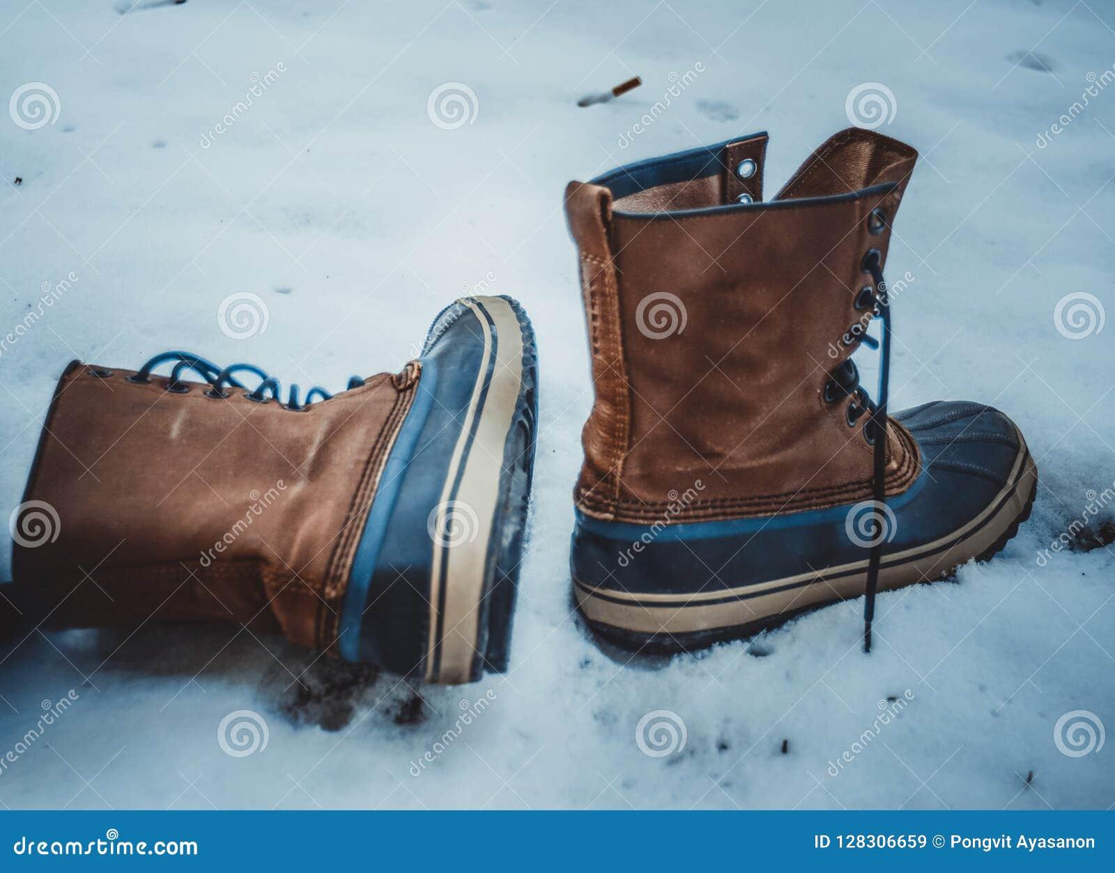 Rzemienni buty samotni opuszczali w śniegu