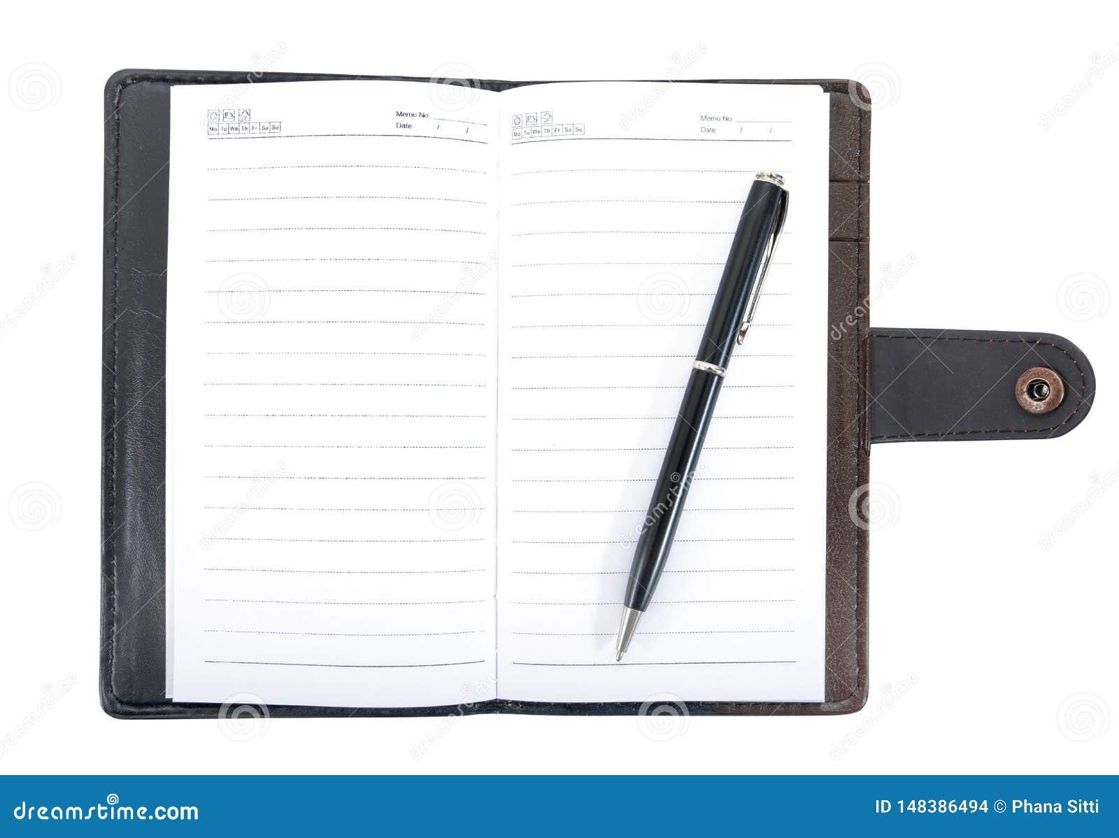 Rzemienny notatnik otwierał z pióro rocznika stylem odizolowywającym na białym tle Rzemienny notatnik z piórem odizolowywającym