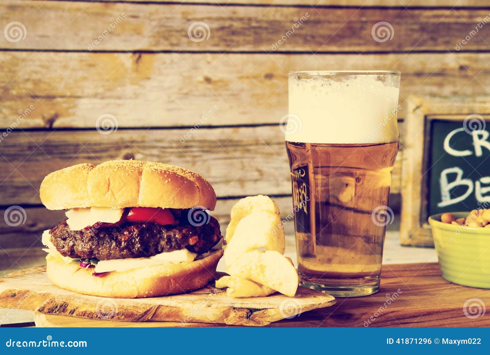 Rzemiosła piwo Z hamburgerem