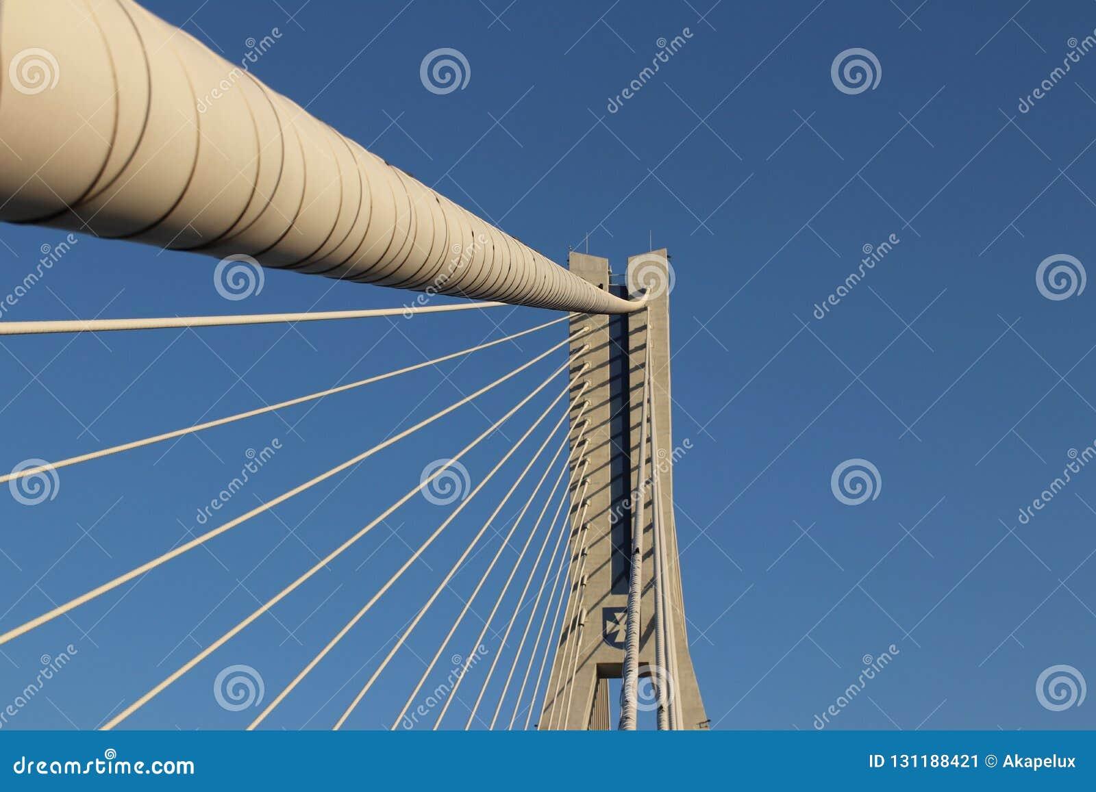 Rzeszow, Polonia - 9 9 2018: Ponte sospeso della strada attraverso il fiume di Wislok Struttura tecnologica della costruzione del