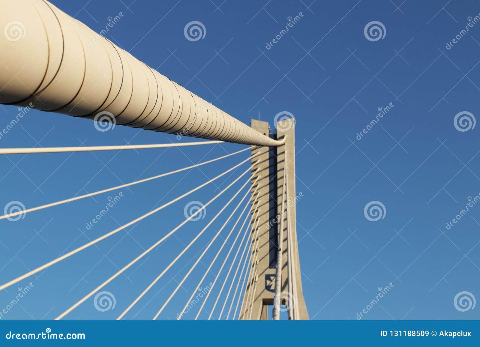 Rzeszow, Polonia - 9 9 2018: Puente suspendido del camino a través del río de Wislok Estructura tecnológica de la construcción me
