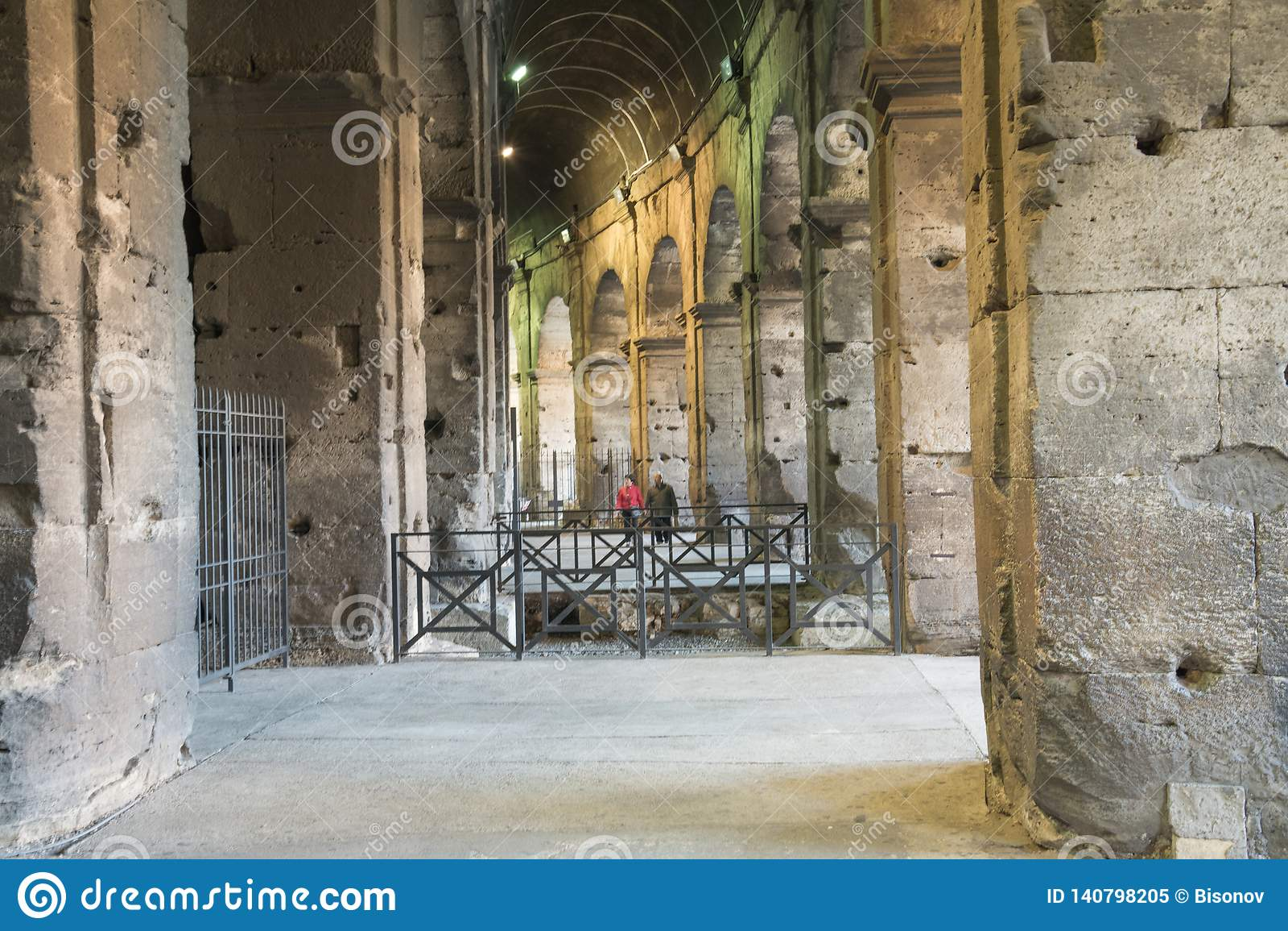 Rzym Włochy, Luty, - 23, 2019: Wewnętrzny widok rzymski sławny punktu zwrotnego kolosseumu stadium