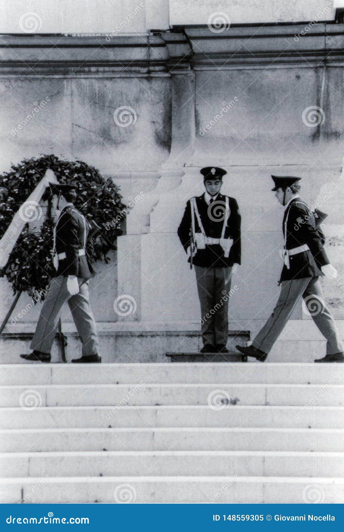 Rzym, Włochy, 1970 - odmienianie strażnik przy ołtarzem Fatherland