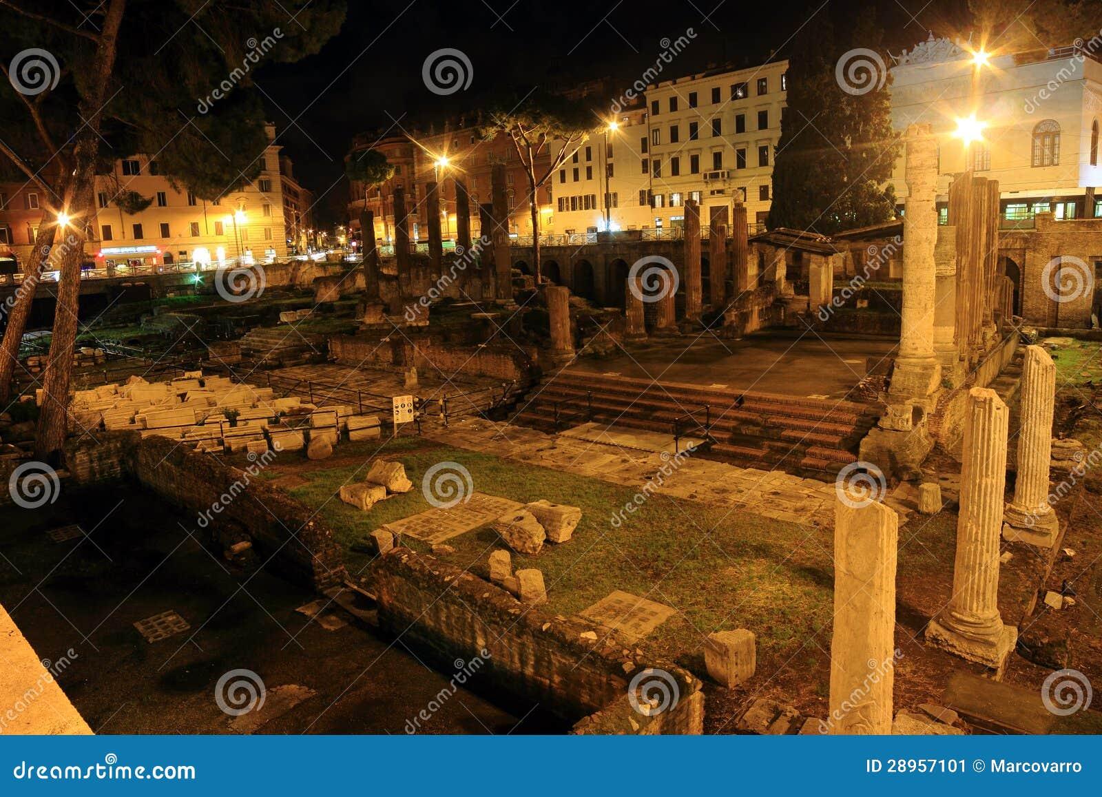 Rzymianin ruiny przy nocą