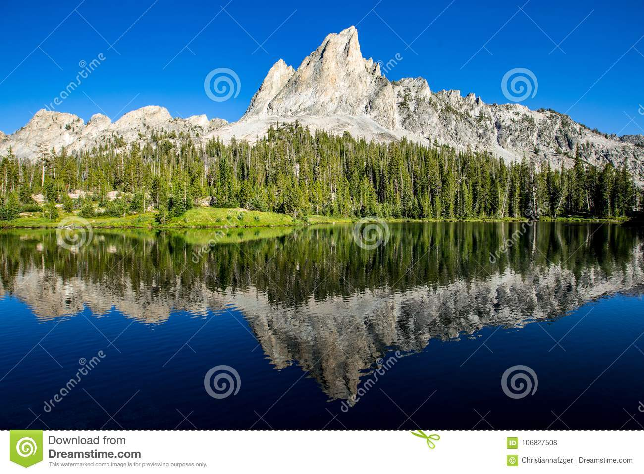 Sägezahnberge reflektiert in Alice Lake, Idaho