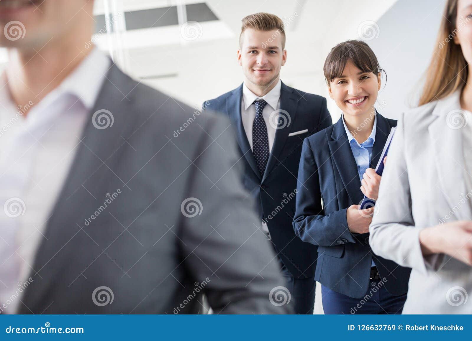 Säker affärsman And Businesswoman Smiling, medan gå Wi