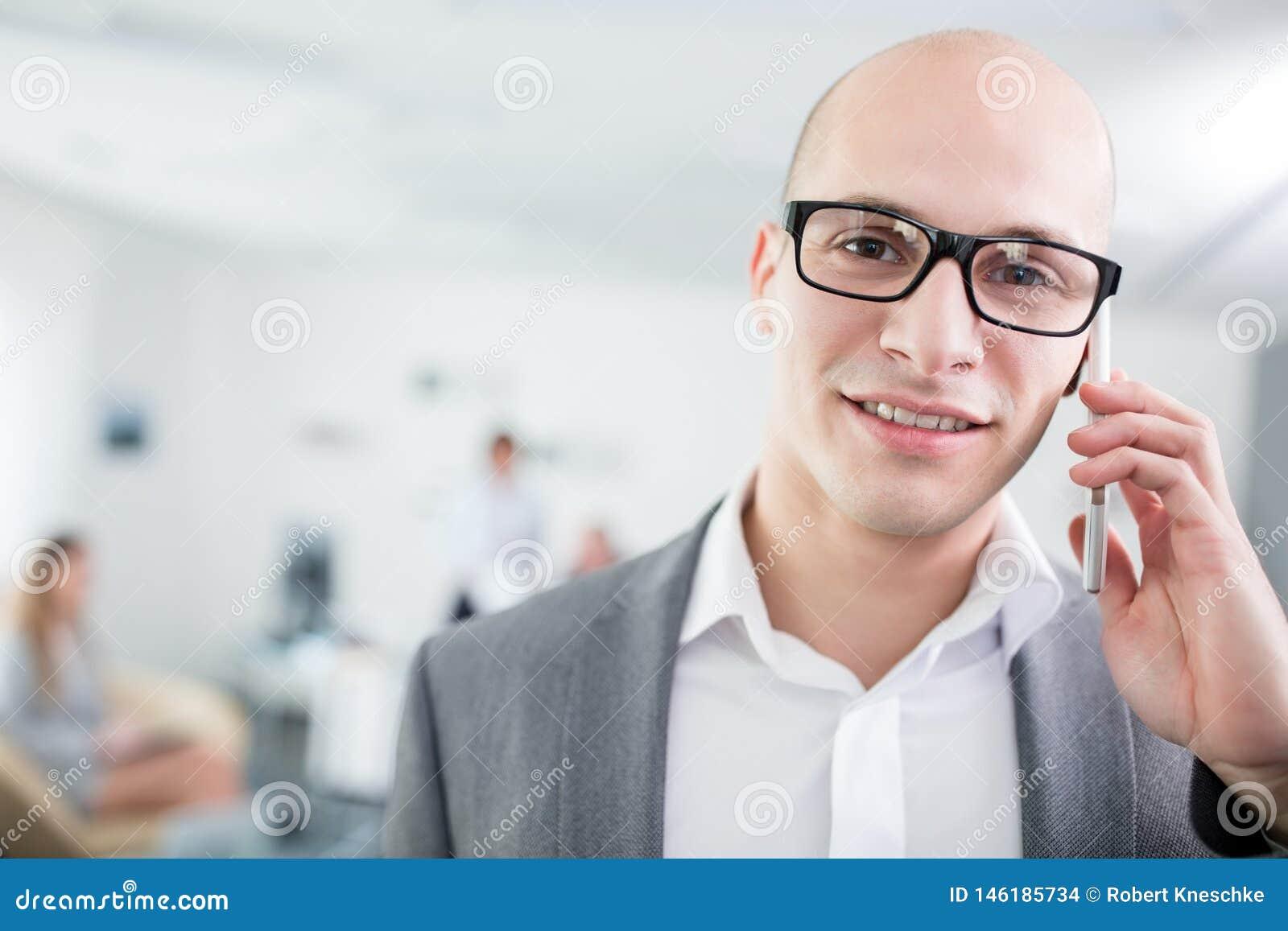 Säker affärsman Talking On Smartphone i regeringsställning