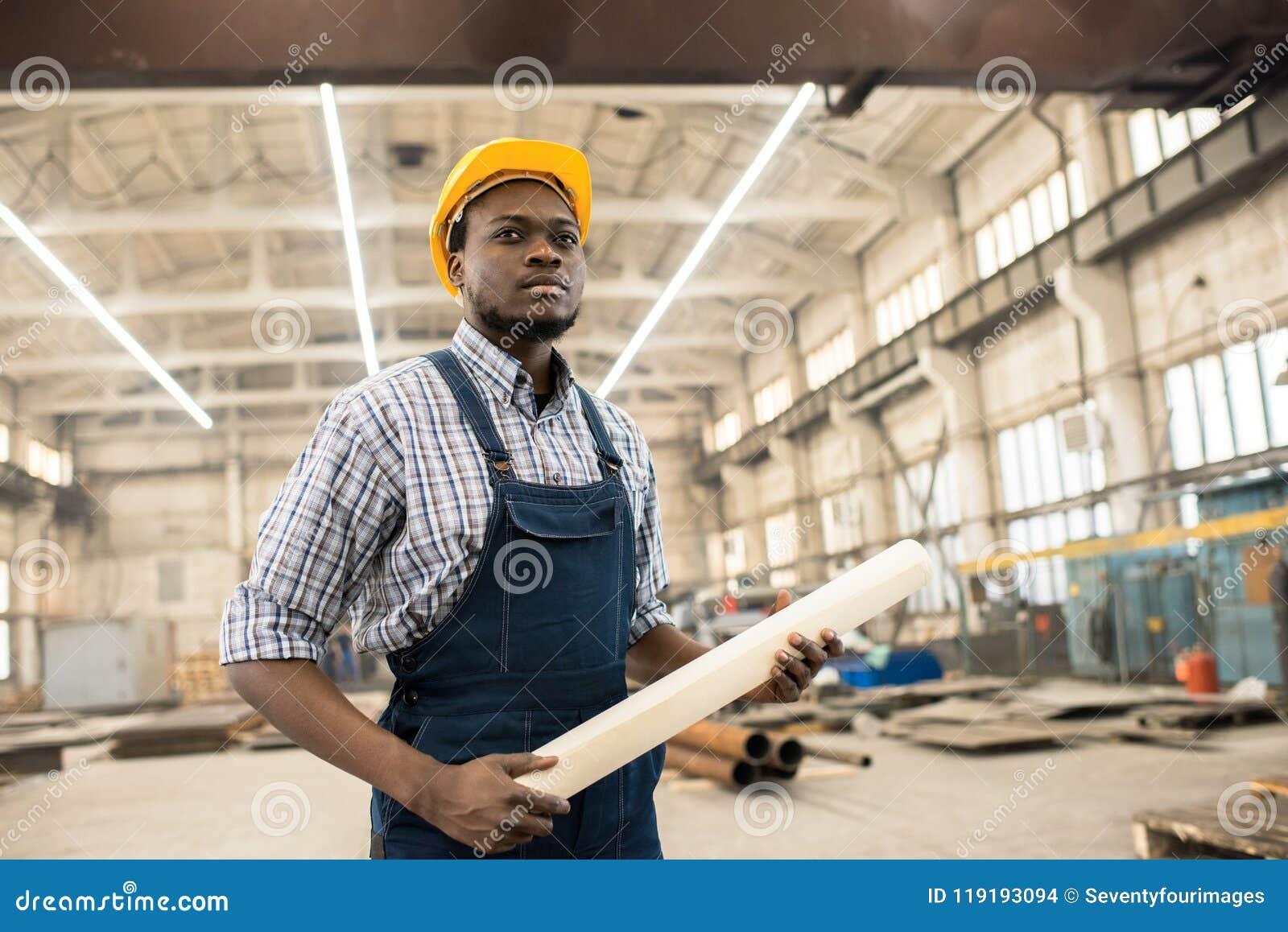 Säker afrikansk amerikankonstruktionschef på arbetsplatsen
