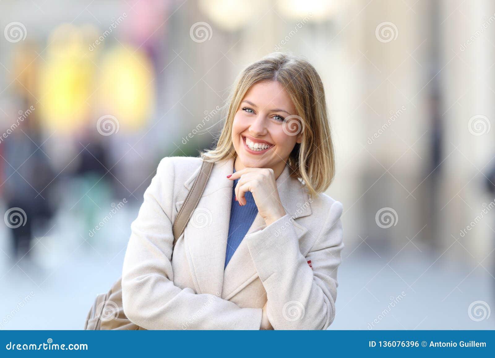 Säker kvinna som ser kameraanseende i gatan