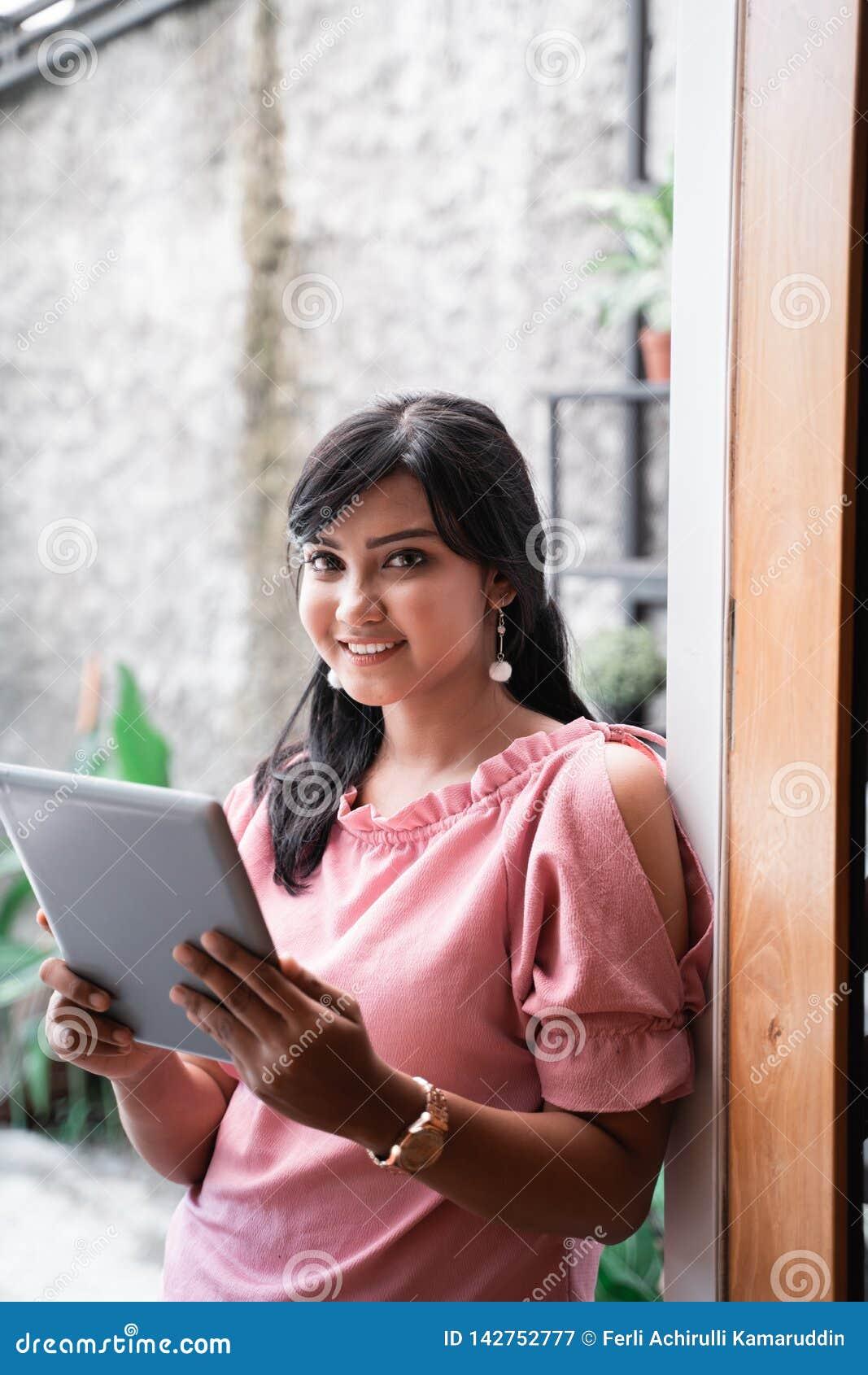 Säker ung entreprenör i hennes kontor