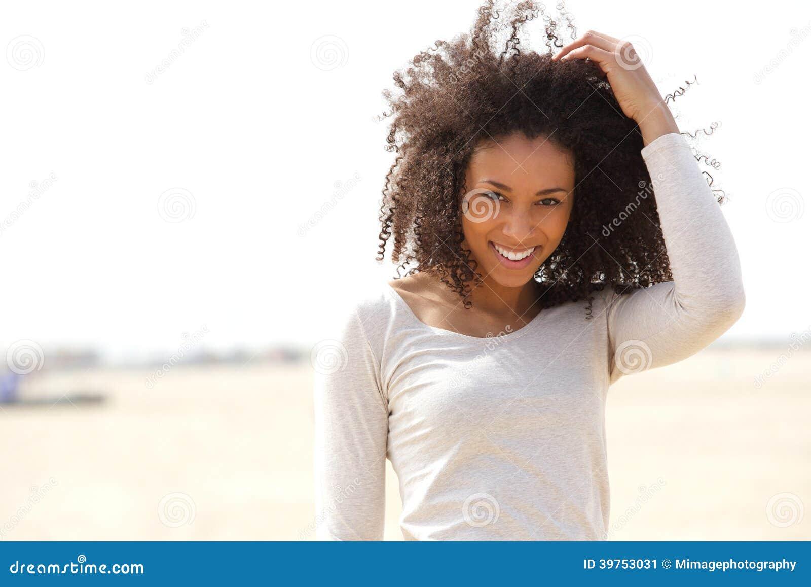 Säker ung kvinna som utomhus ler