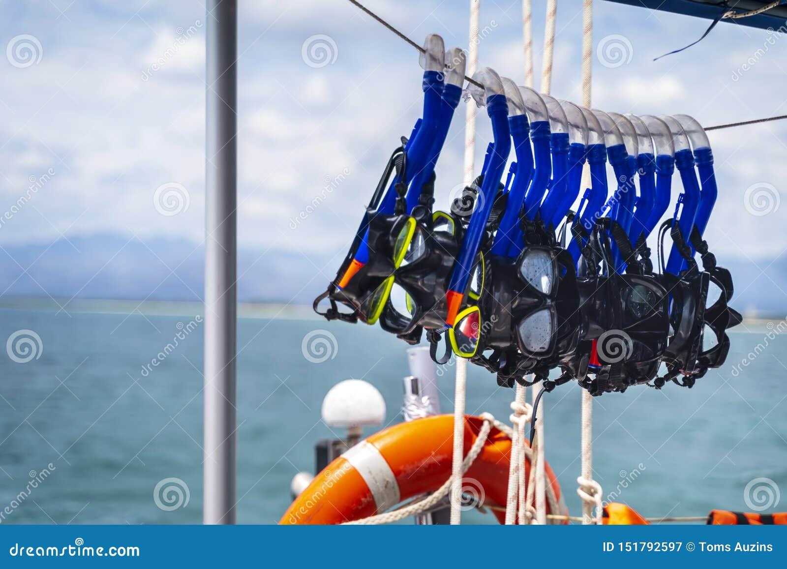 Säkerhetscirkel och snorklaskyddsglasögon på yachten nära den strandPlaya anconen nära Trinidad