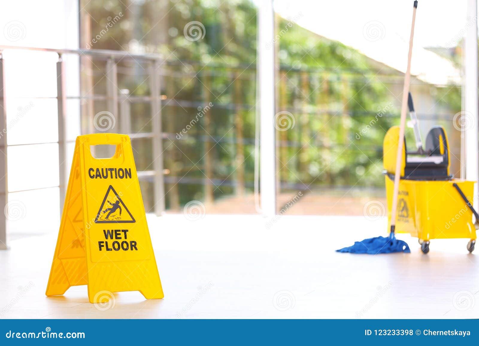 Säkerhetstecken med hinken för golvmopp för golv för uttrycksvarning den våta, inomhus rengörande service