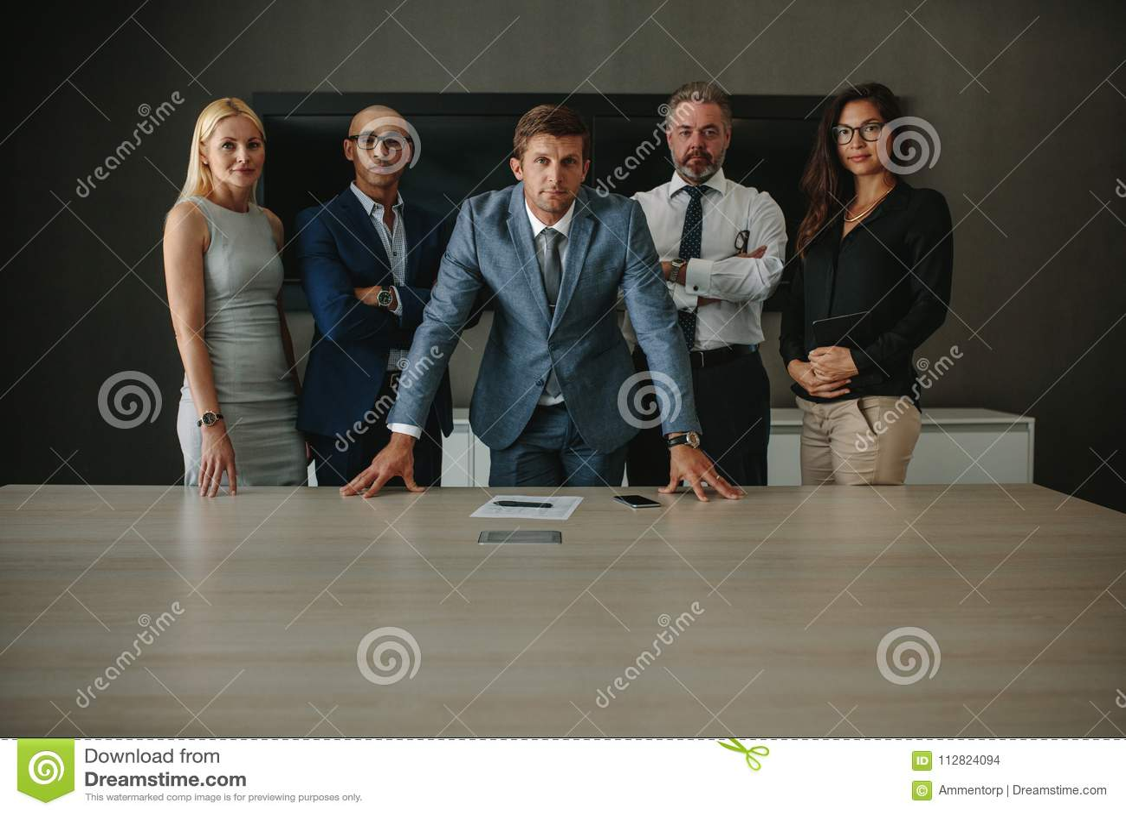 Säkra företags professionell i mötesrum