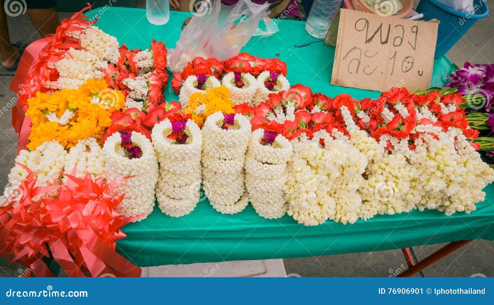 Säljare som säljer marknaden för thai stil för blommagirland den lokala