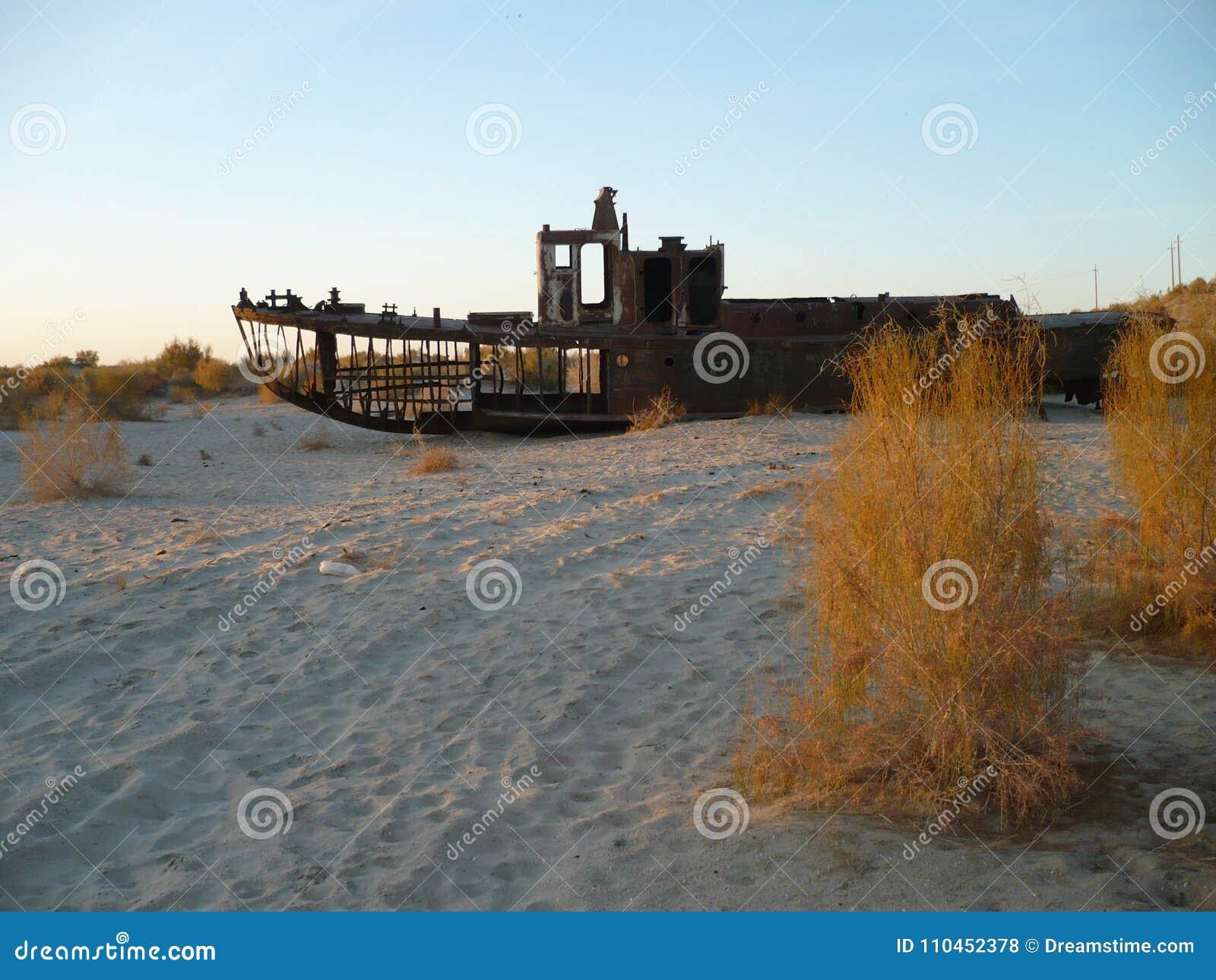 Sänd skelettet för ` s på botten av det Aral havet