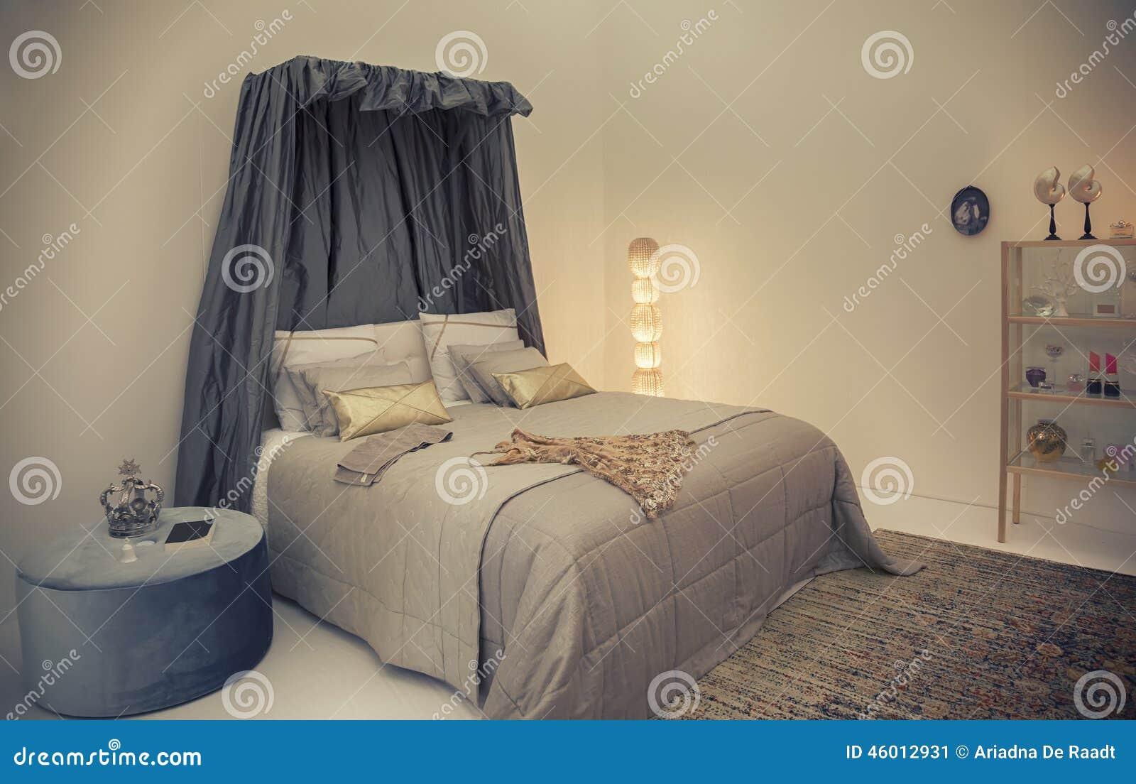 Säng i klassisk stil
