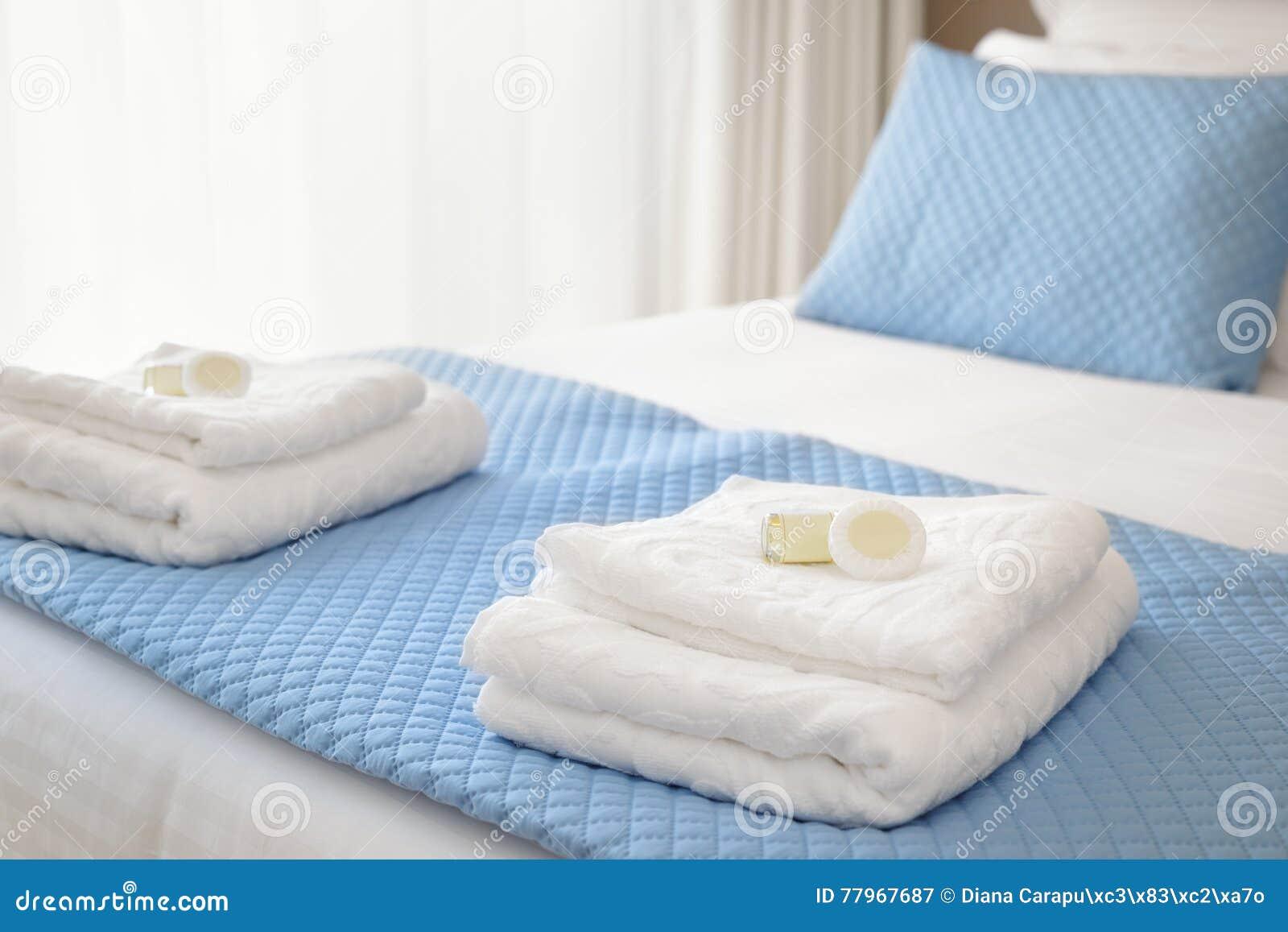 Säng med nya handdukar