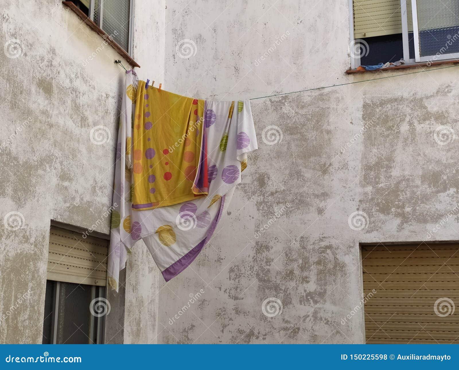 Sängark som hänger på repet