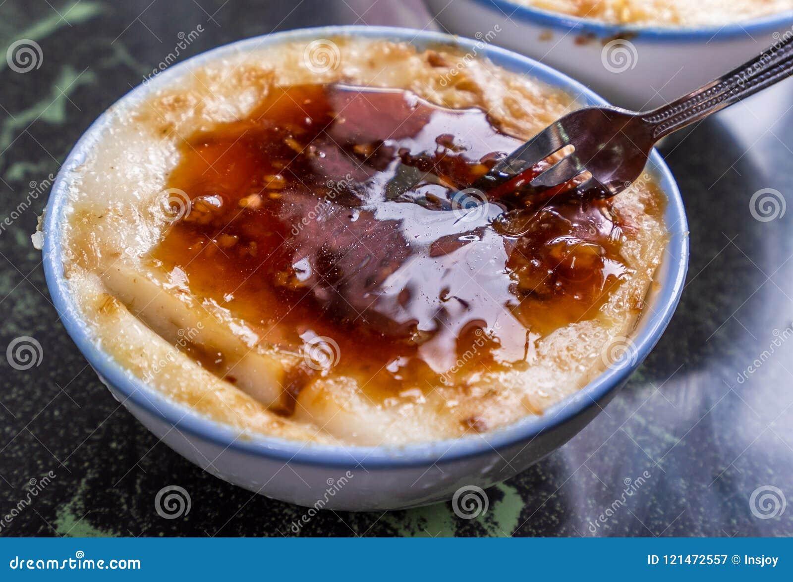 Särskiljande berömda mellanmål för Taiwan ` s: Välsmakande risgrynsgrötWa gui i en vit bunke på stentabellen, Taiwan läckerheter