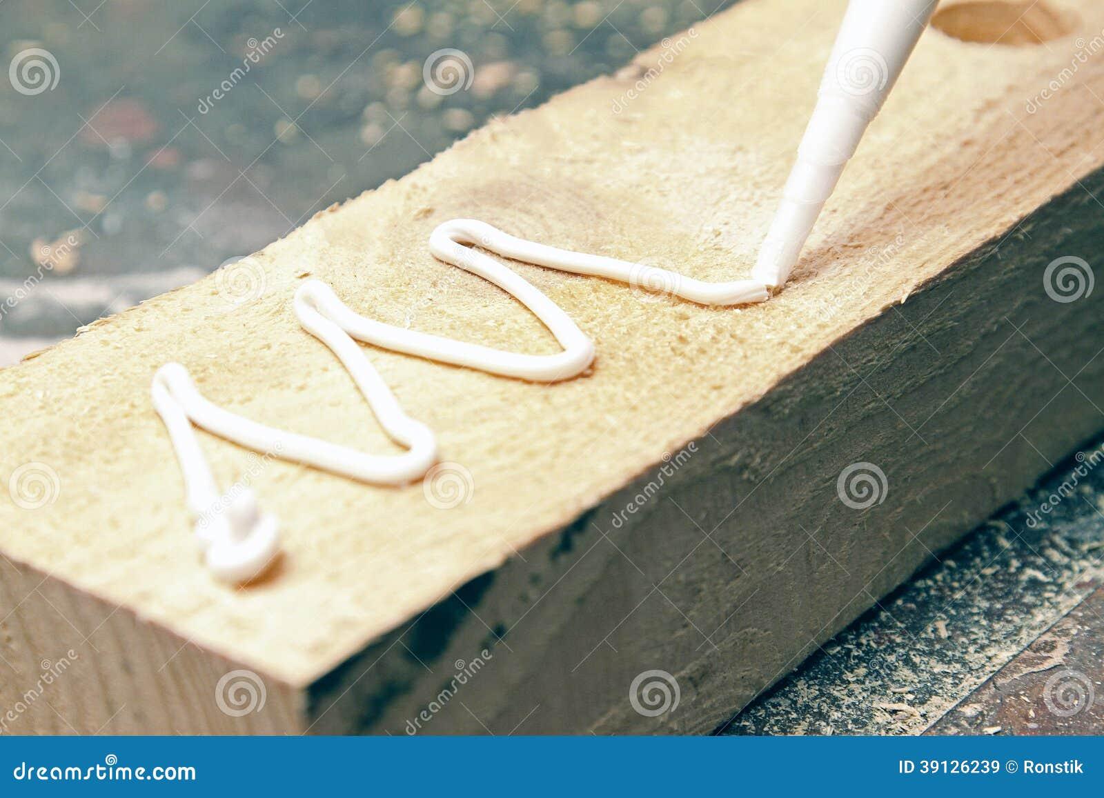 Sätta lim på ett stycke av trä