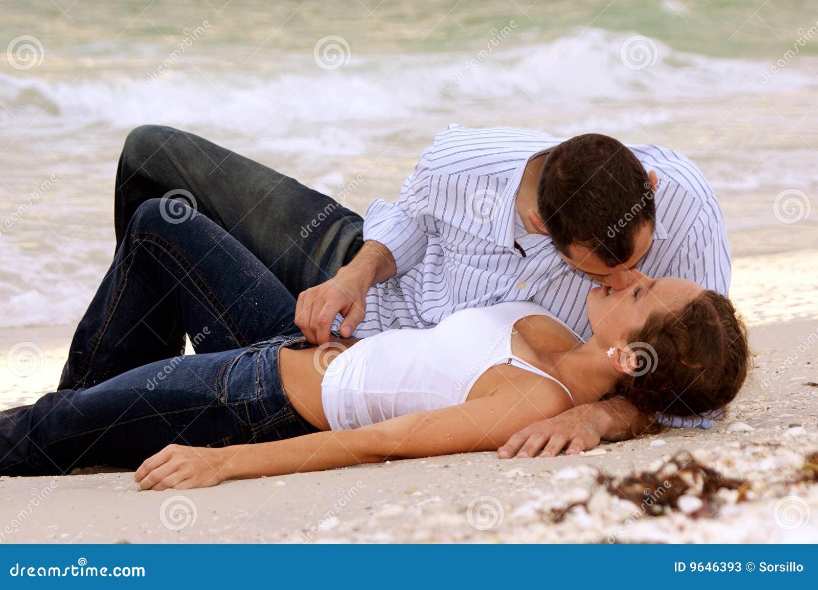 Sätta på land kyssande vått barn för härliga par