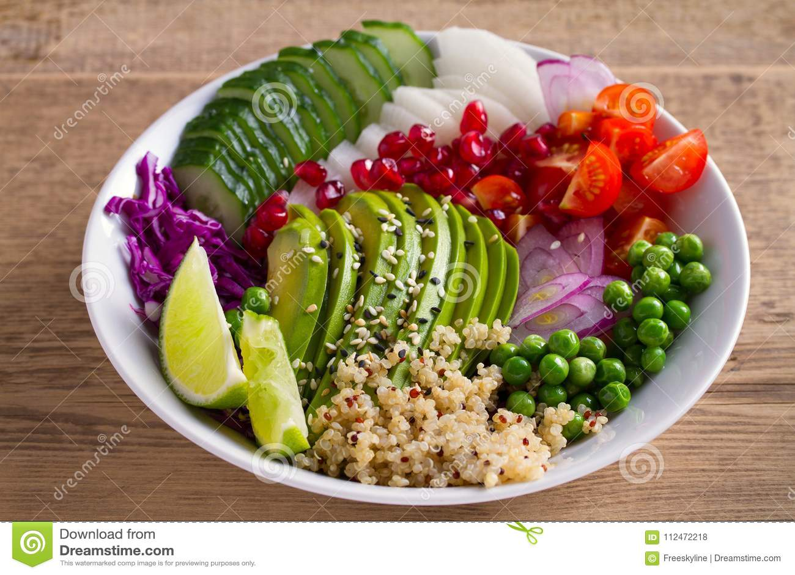 Säubern Sie das gesunde Detoxessen Mittagessenschüssel des strengen Vegetariers und des Vegetariers Quinoa, Avocado, Granatapfel,
