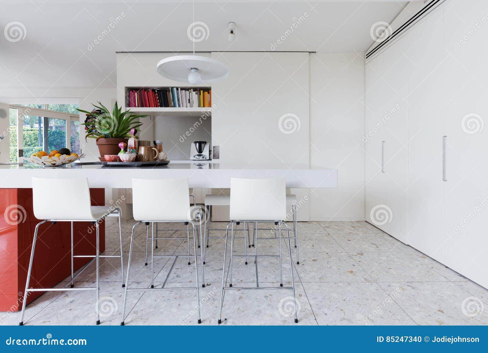 Säubern Sie Klare Weiße Moderne Kücheninselbank Mit Hochstühlen ...