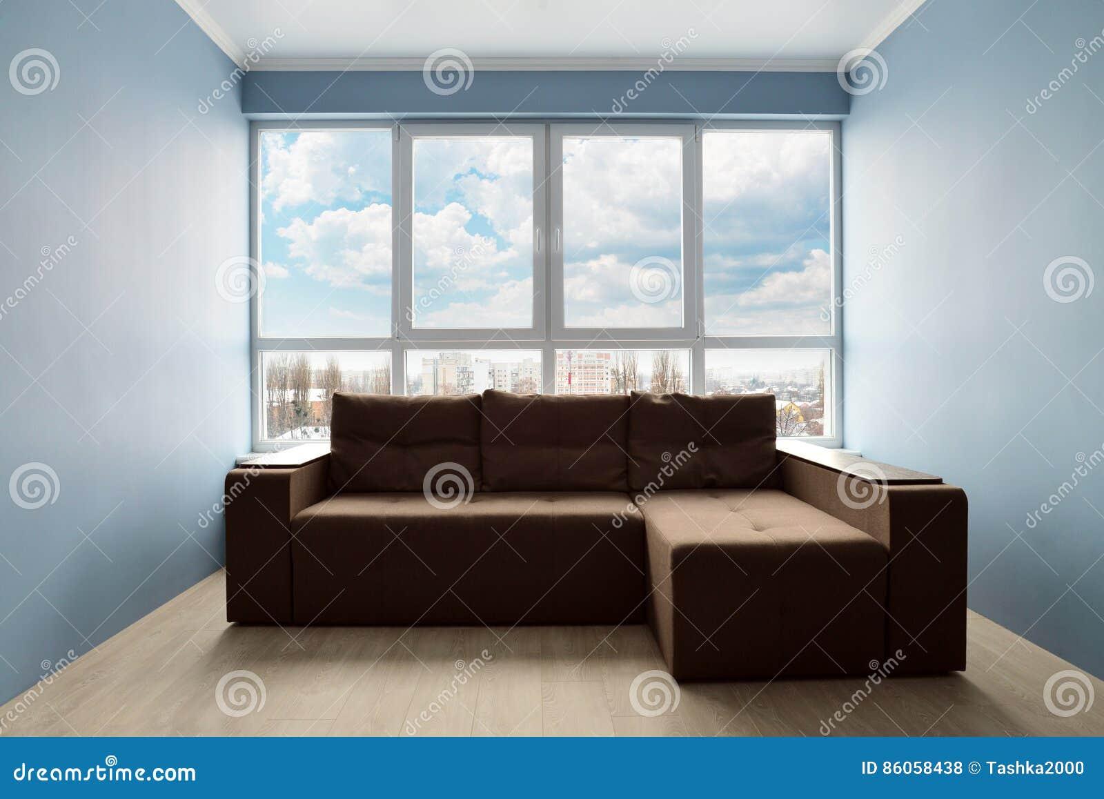 Säubern Sie Wohnzimmer Mit Brauner Couch Stockfoto - Bild von braun ...