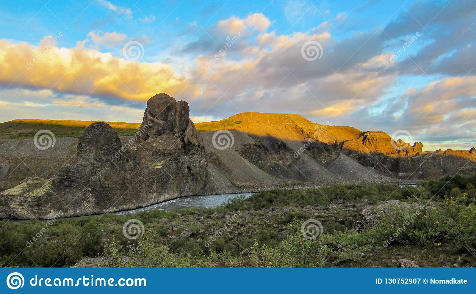 Säulenfelsformationstal und -fluß bei Vesturdalur, Asbyrgi während des Sonnenuntergangs, Nationalpark Vatnajokull, Island