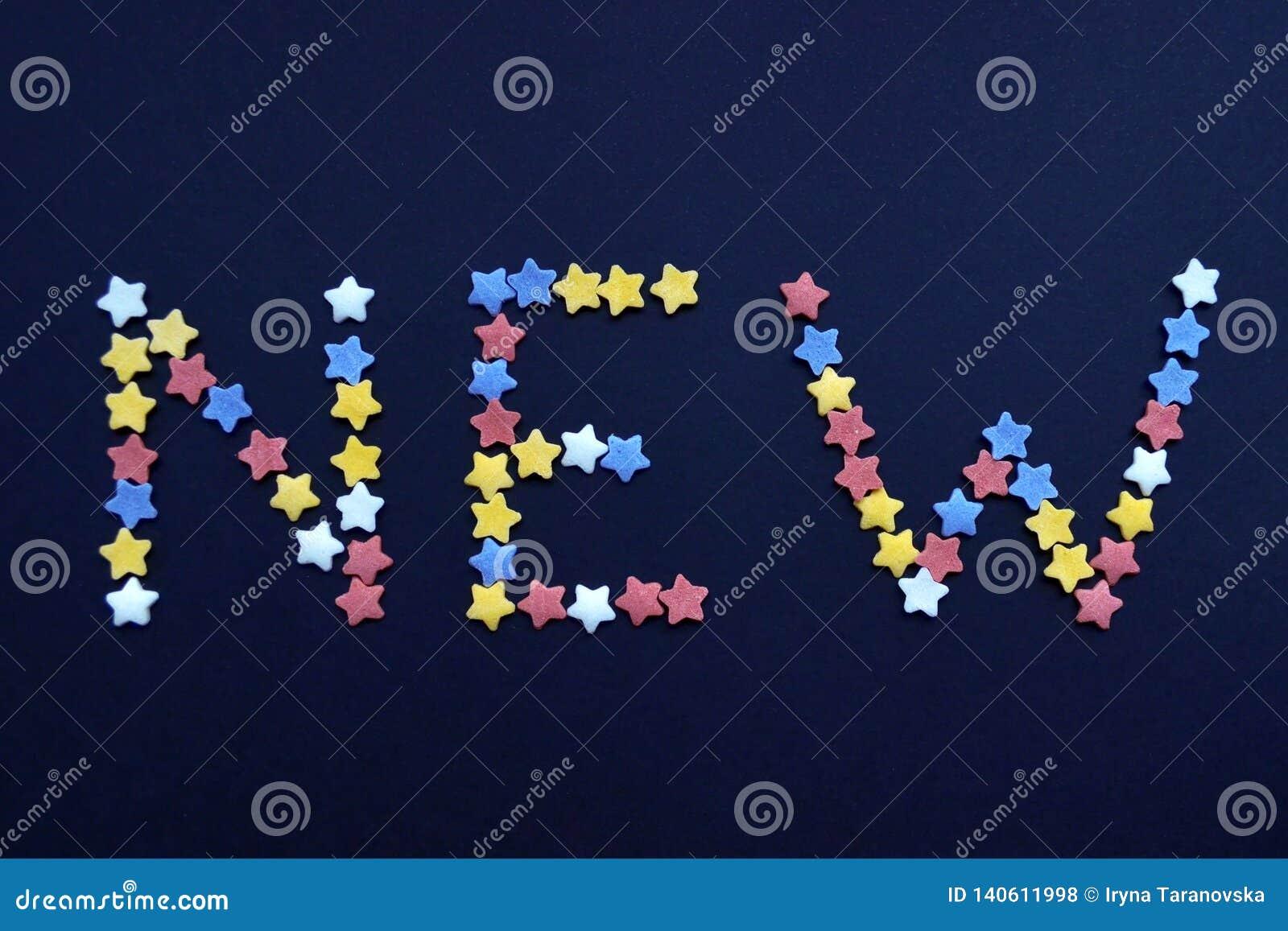 Słowo Nowy napisze w cienkim typie cukrowe ciasto gwiazdy na błękitnym tle, dla, reklamuje, handel, sprzedaże