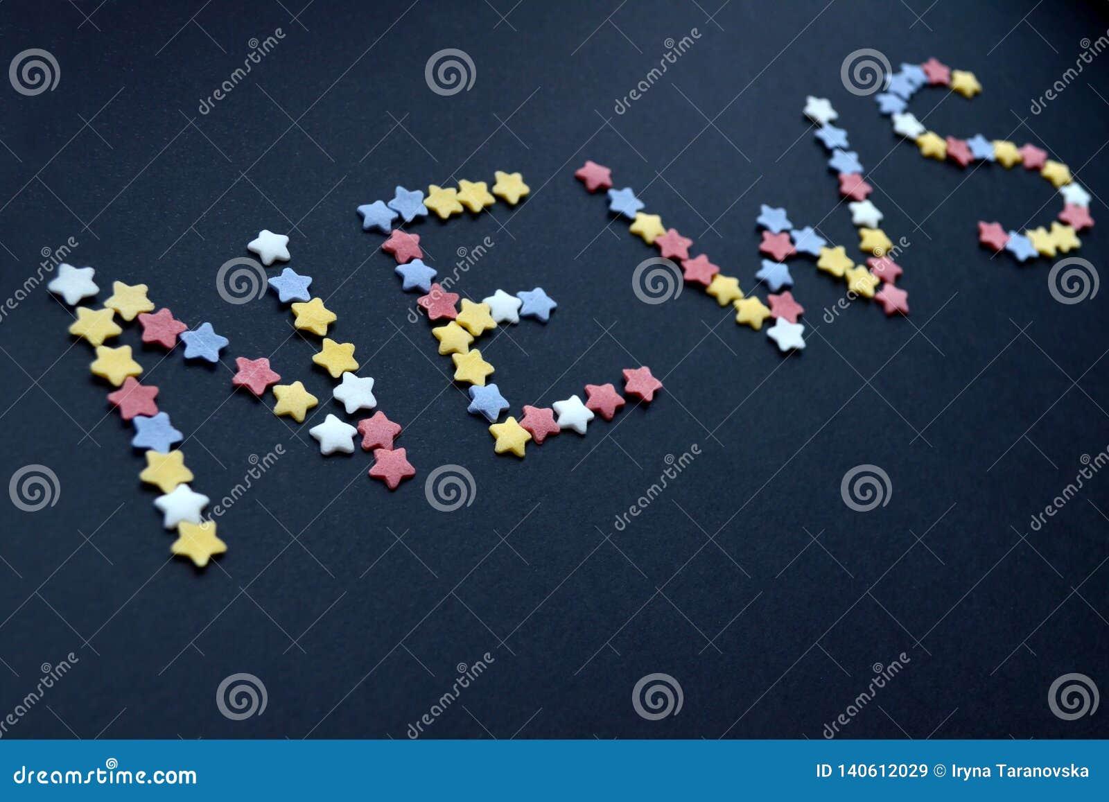 Słowo wiadomość napisze cienkim typem cukrowe ciasto gwiazdy na błękitnym tle, dla reklamować, handel, sprzedaże