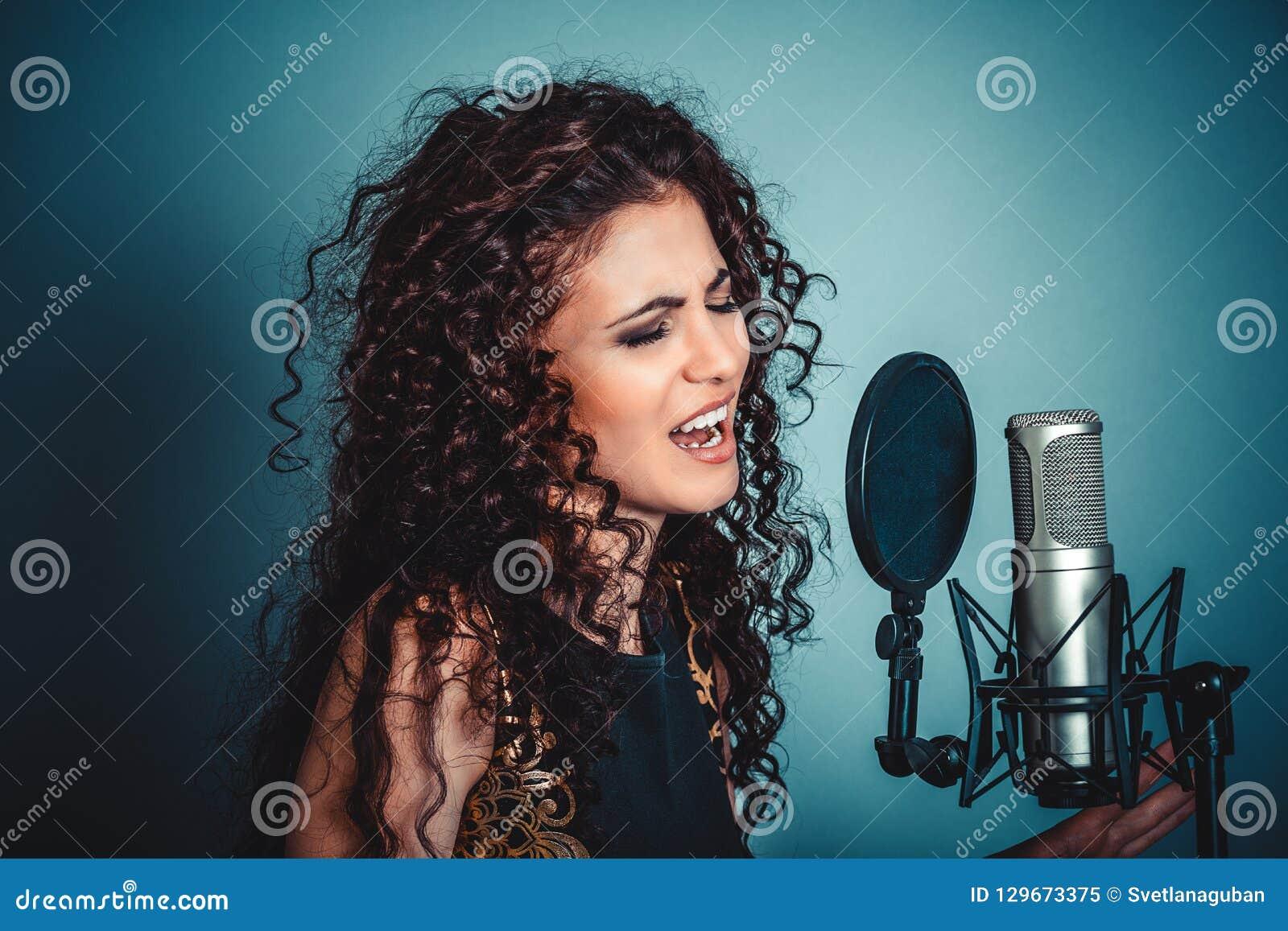 Sångare Kvinnadamflicka som sjunger med att sjunga för mikrofon