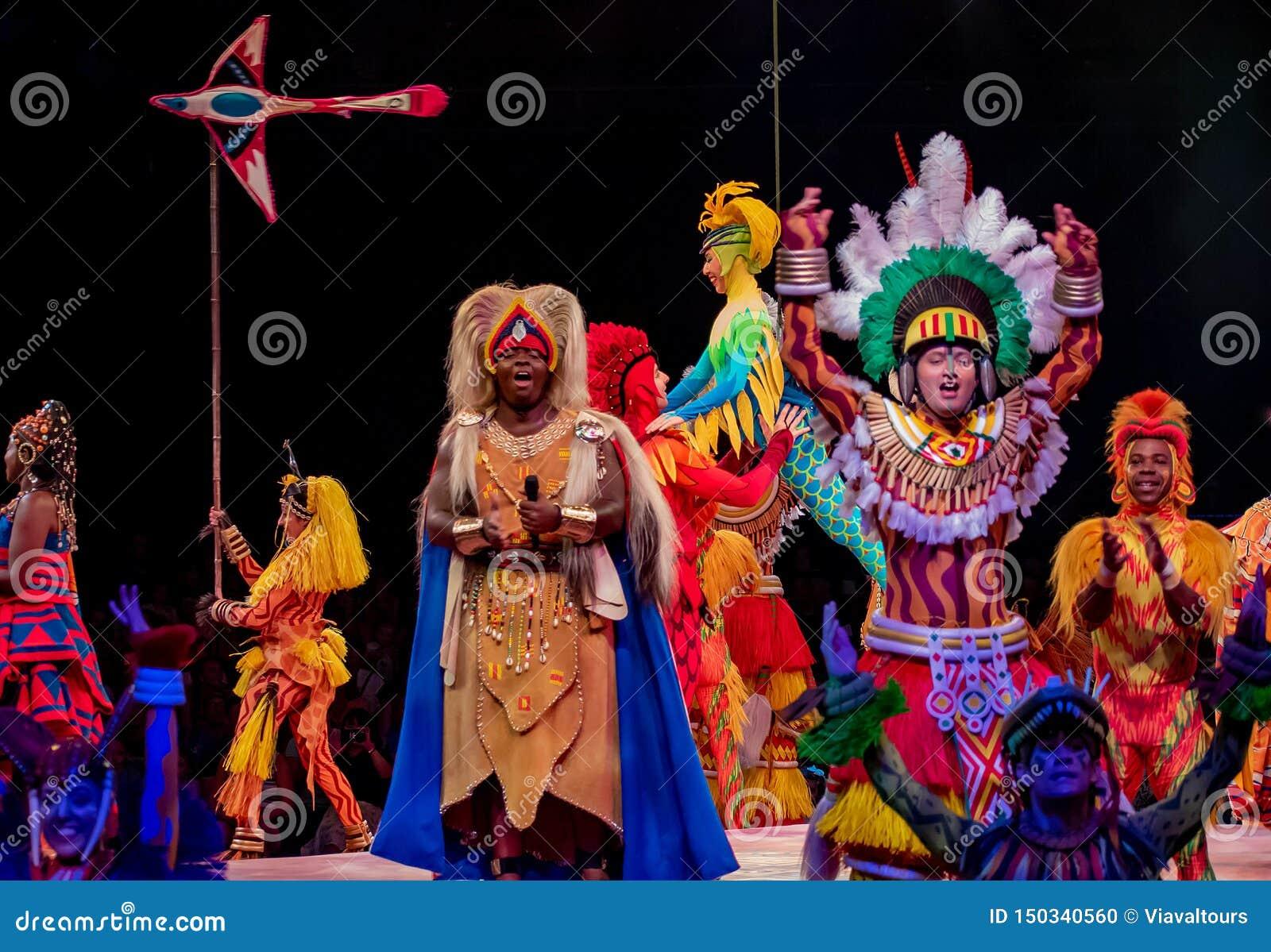 Sångare och dansare i festivalen av Lion King i djurriket på Walt Disney World