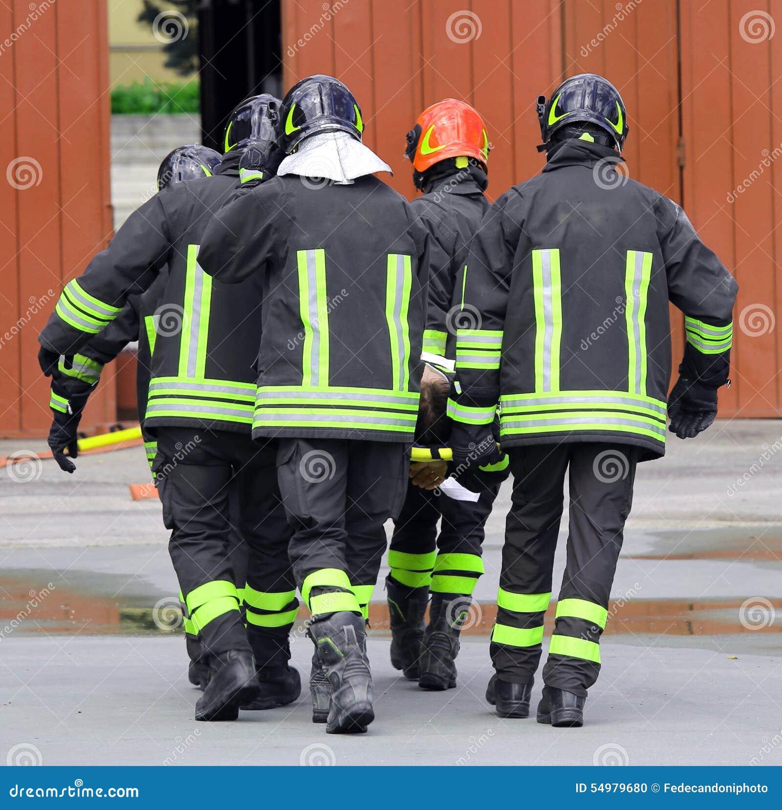 SÅRAT som bärs av brandmän på en bår
