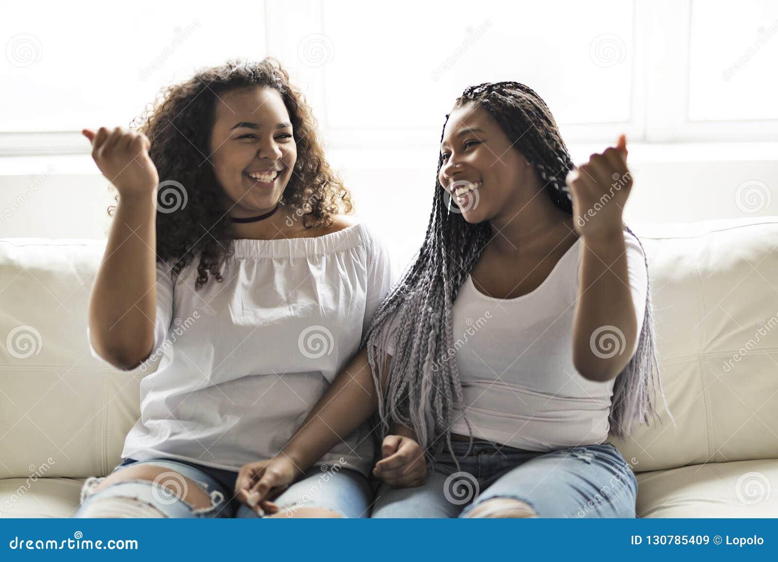 Séance afro-américaine d amis affectueux sur le sofa