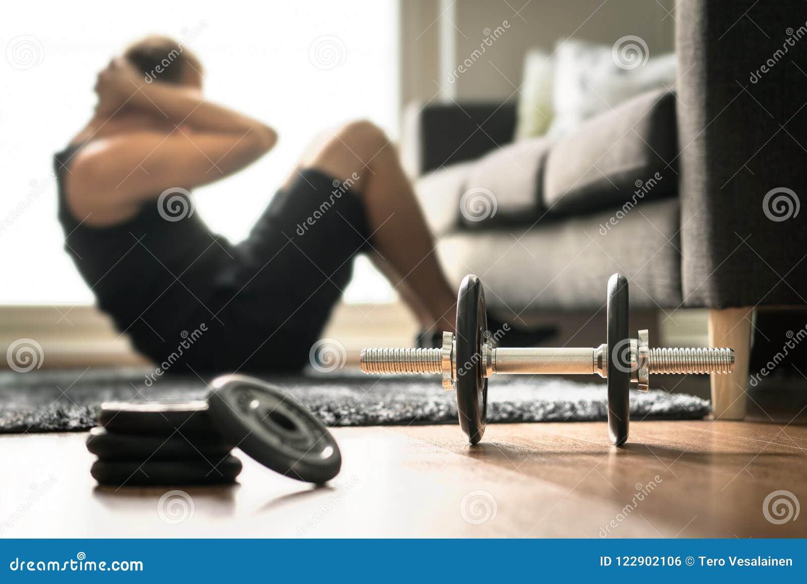 Séance d entraînement à la maison Équipez faire la formation et les craquements d ab dans le salon