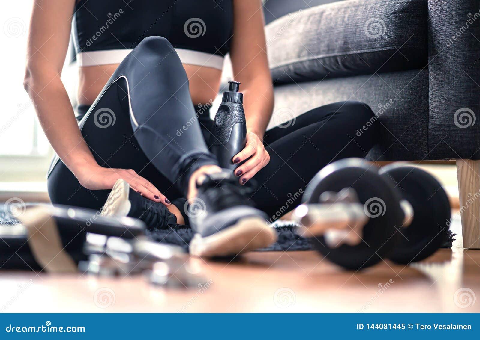 Séance d entraînement, formation de poids et concept à la maison d exercice de forme physique Femme dans les vêtements de sport s