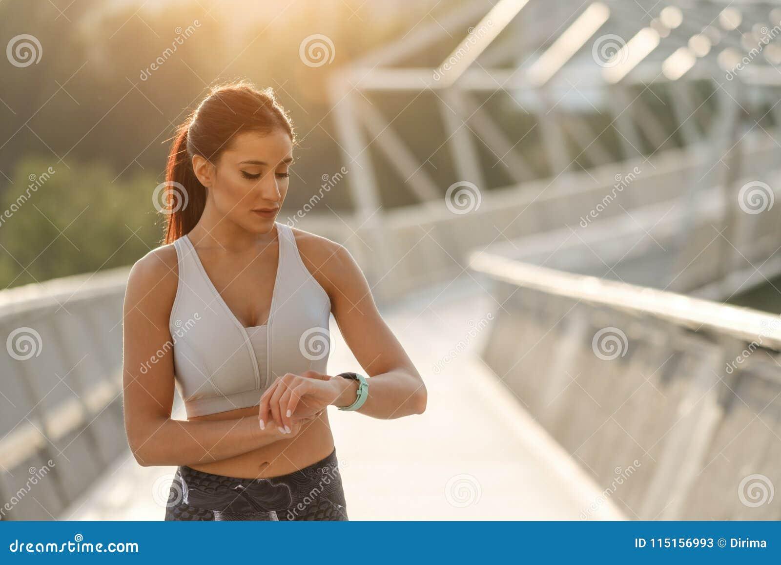 Séance d entraînement sportive de synchronisation de femme