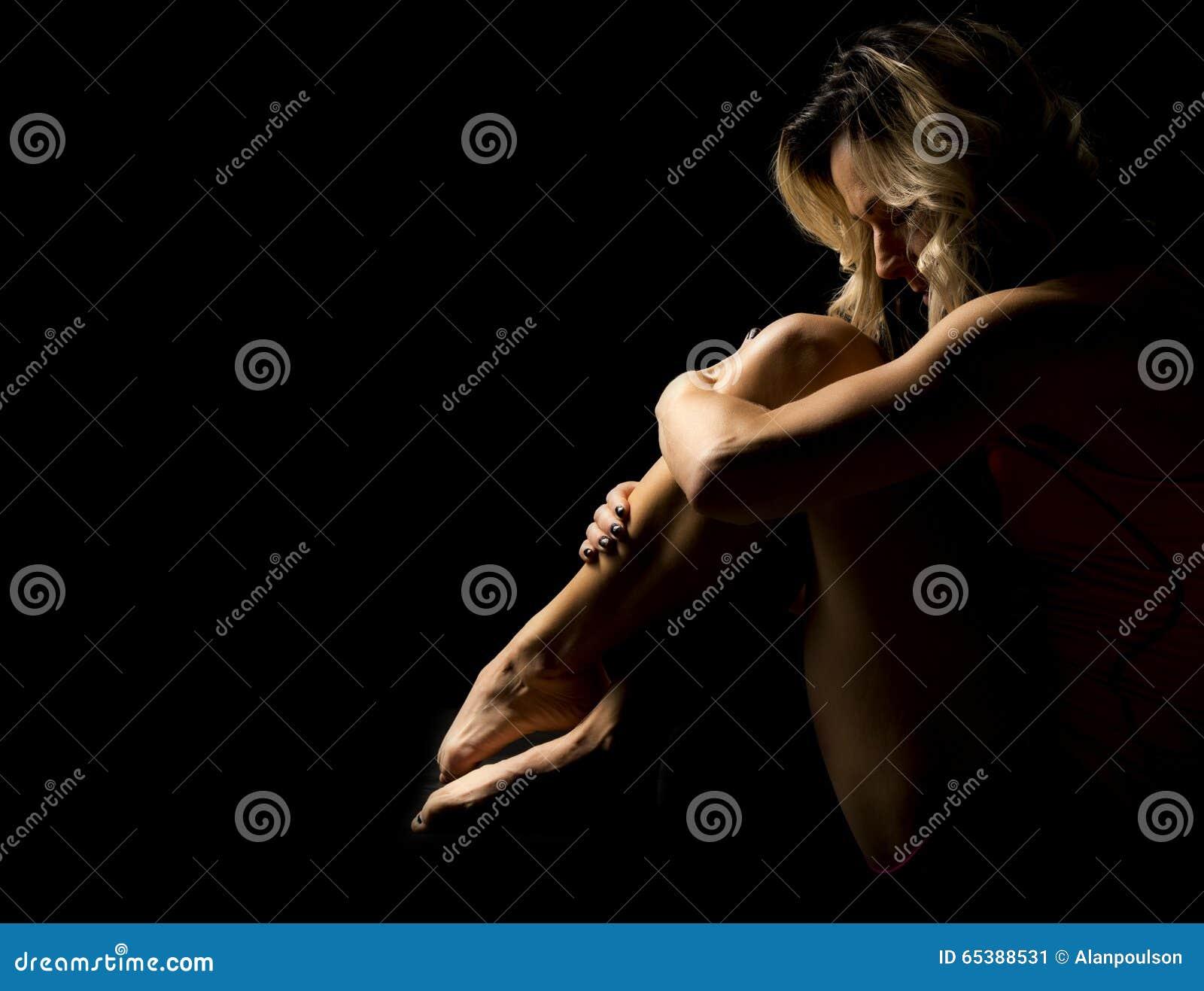 Séance de femme courbée vers le haut du highlightd