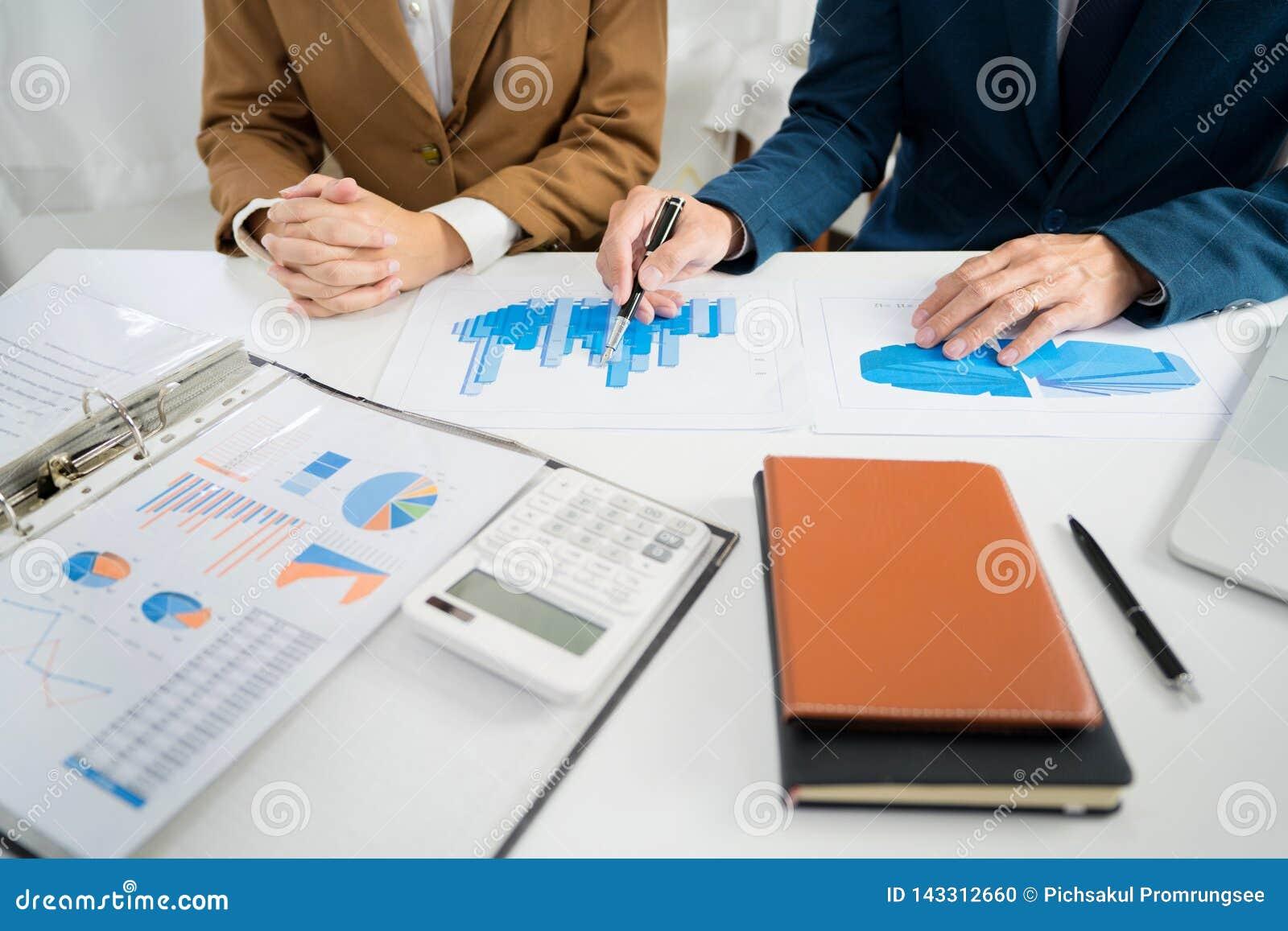 Séance de réflexion d entreprise d équipe d affaires, stratégie de planification ayant un investissement d analyse de discussion