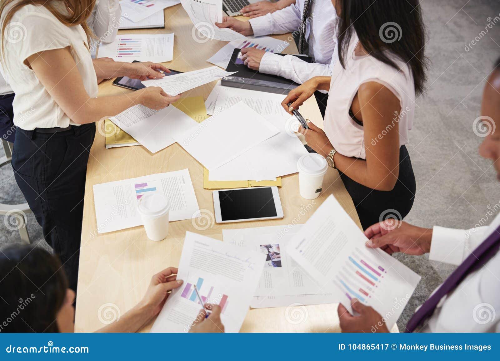 Séance de réflexion de groupe d affaires à une table, mi section